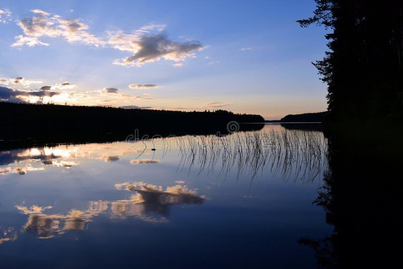 Ηλιοβασίλεμα στη θερινή νύχτα στη Φινλανδία στοκ εικόνα με δικαίωμα ελεύθερης χρήσης