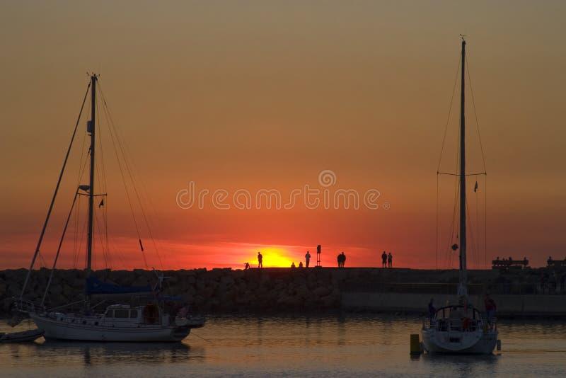 Ηλιοβασίλεμα στη σκιαγραφία σημείου της Dana των ανθρώπων στοκ εικόνα με δικαίωμα ελεύθερης χρήσης