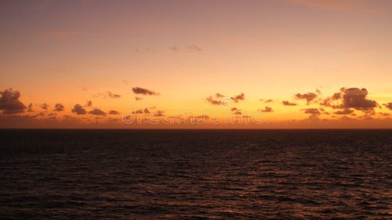ηλιοβασίλεμα στις Καραϊβικές Θάλασσες από Arruba στοκ φωτογραφίες