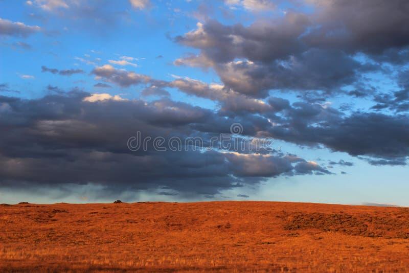 Ηλιοβασίλεμα στις ορεινές περιοχές ερήμων στοκ εικόνα με δικαίωμα ελεύθερης χρήσης