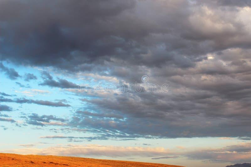 Ηλιοβασίλεμα στις ορεινές περιοχές ερήμων στοκ φωτογραφία με δικαίωμα ελεύθερης χρήσης