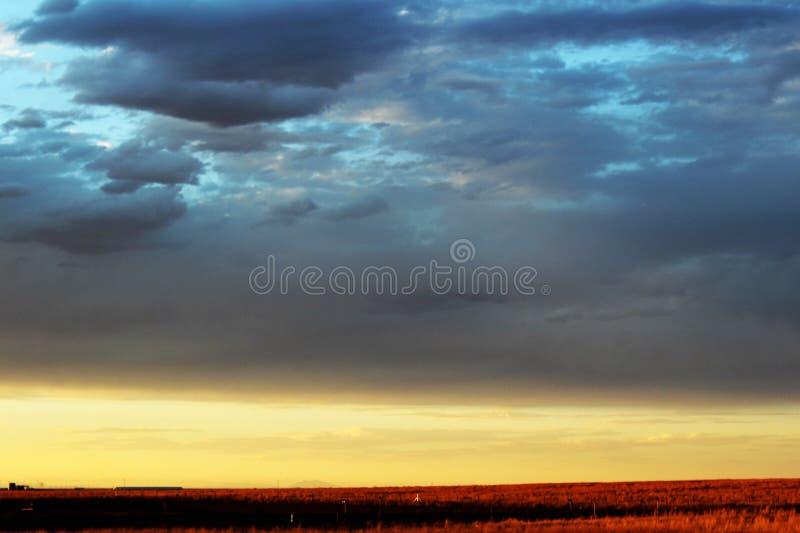 Ηλιοβασίλεμα στις ορεινές περιοχές ερήμων στοκ εικόνες