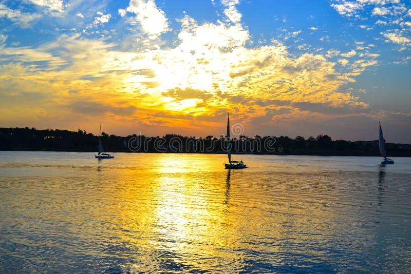 Ηλιοβασίλεμα στις όχθεις του ποταμού του Νείλου στοκ εικόνα με δικαίωμα ελεύθερης χρήσης