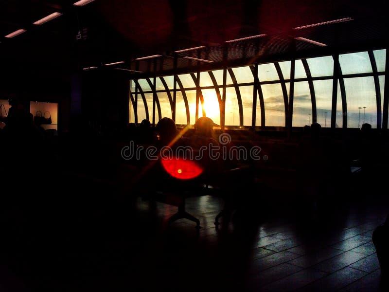 Ηλιοβασίλεμα στον αερολιμένα στοκ φωτογραφίες