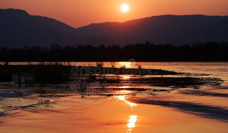 Ηλιοβασίλεμα στον ποταμό Ζαμβέζη Αφρική Σύνορα της Ζάμπια και της Ζιμπάμπουε στοκ εικόνα με δικαίωμα ελεύθερης χρήσης