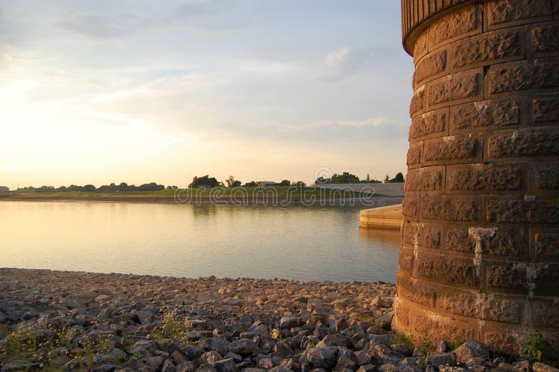 Ηλιοβασίλεμα στον ποταμό στο Nijmegen, Κάτω Χώρες στοκ φωτογραφίες