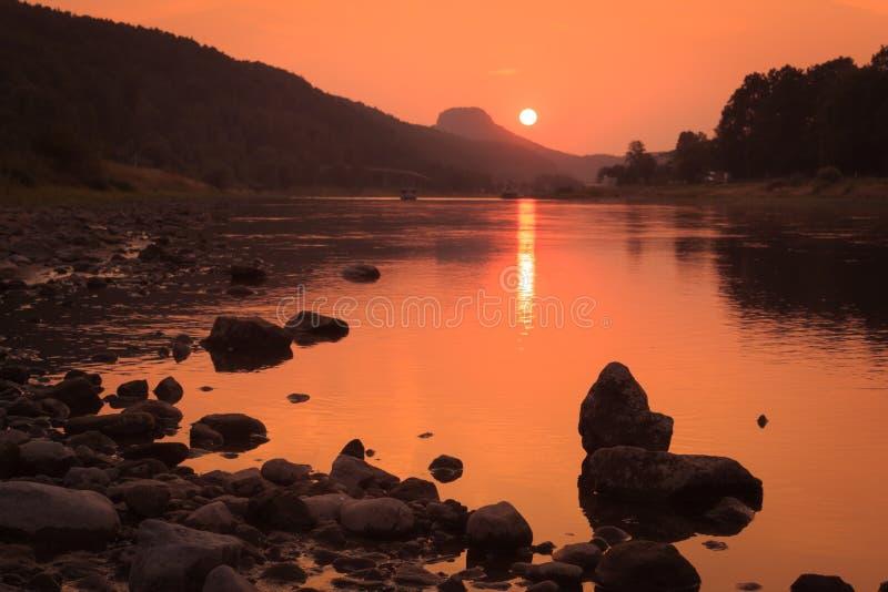Ηλιοβασίλεμα στον ποταμό Elbe στοκ εικόνες
