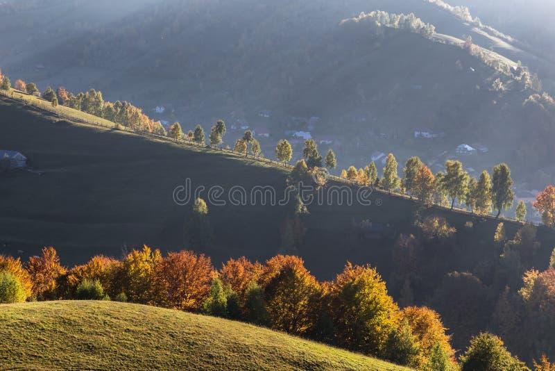 Ηλιοβασίλεμα στους λόφους βουνών ενός χωριού brana Ρουμανία στοκ φωτογραφίες