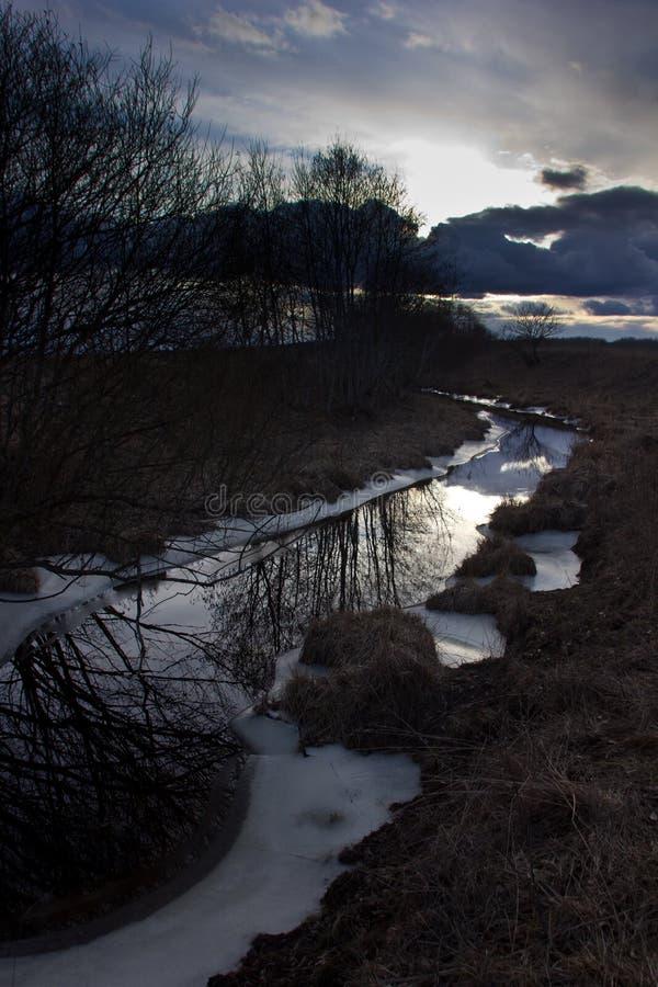 Ηλιοβασίλεμα στο δασικό ποταμό, Novgorod oblast, Ρωσία στοκ εικόνα με δικαίωμα ελεύθερης χρήσης