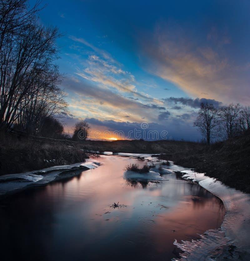 Ηλιοβασίλεμα στο δασικό ποταμό, Novgorod oblast, Ρωσία στοκ φωτογραφίες