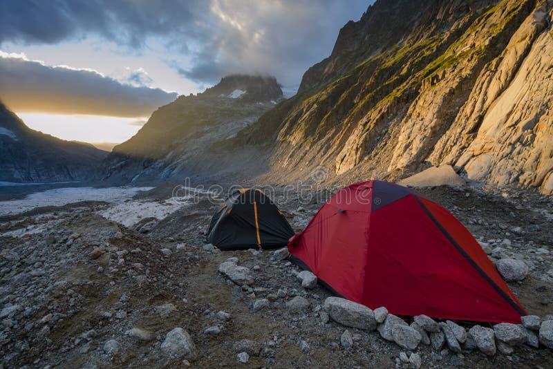 Ηλιοβασίλεμα στο αλπικό στρατόπεδο στοκ φωτογραφία