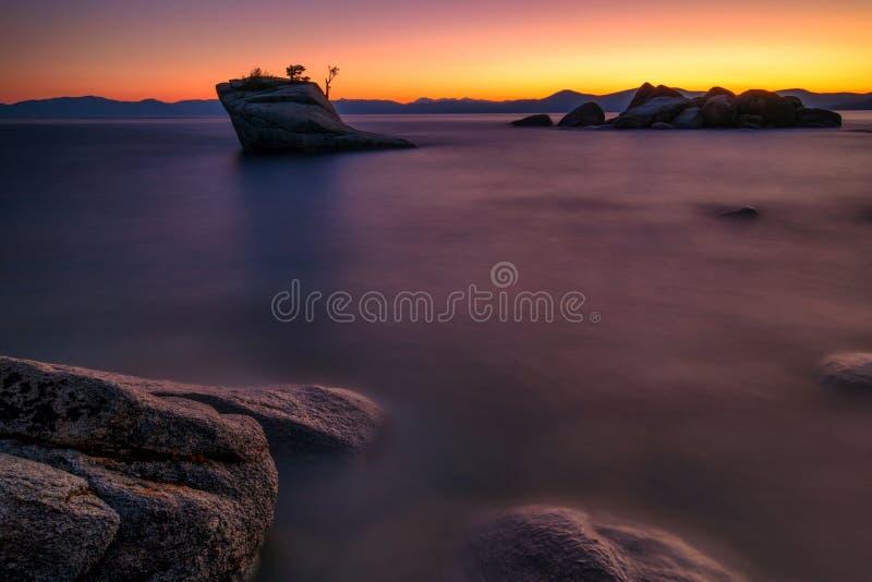 Ηλιοβασίλεμα στο βράχο μπονσάι, λίμνη Tahoe στοκ φωτογραφίες