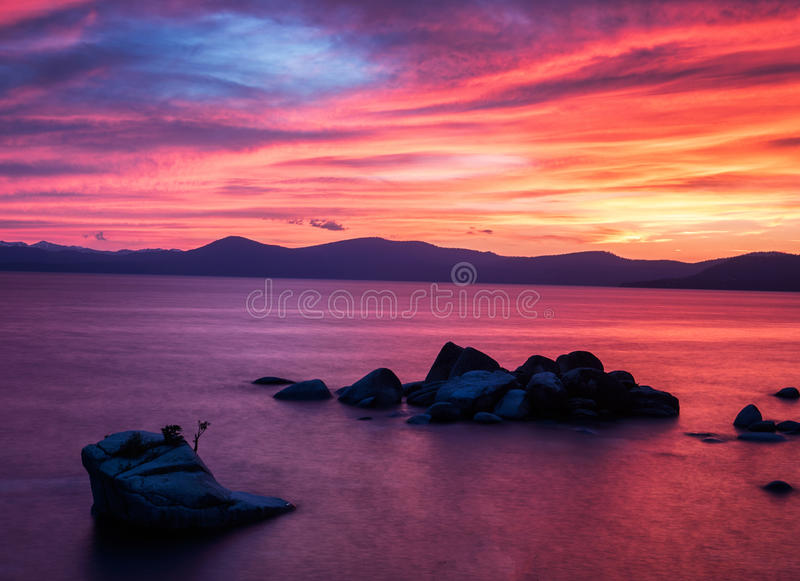 Ηλιοβασίλεμα στο βράχο μπονσάι, λίμνη Tahoe στοκ φωτογραφίες με δικαίωμα ελεύθερης χρήσης