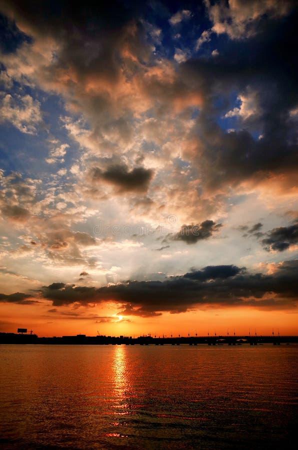 Ηλιοβασίλεμα στο κρυμμένο νησί δράκων στοκ εικόνες