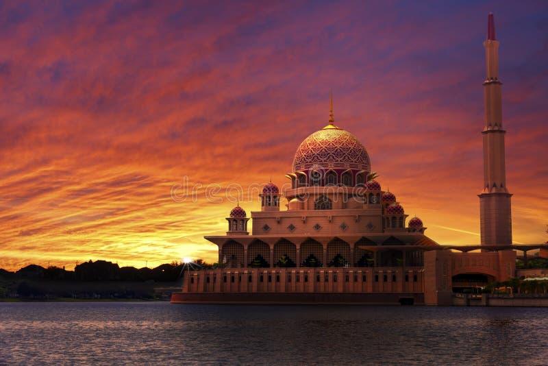Ηλιοβασίλεμα στο κλασικό μουσουλμανικό τέμενος στοκ φωτογραφίες με δικαίωμα ελεύθερης χρήσης