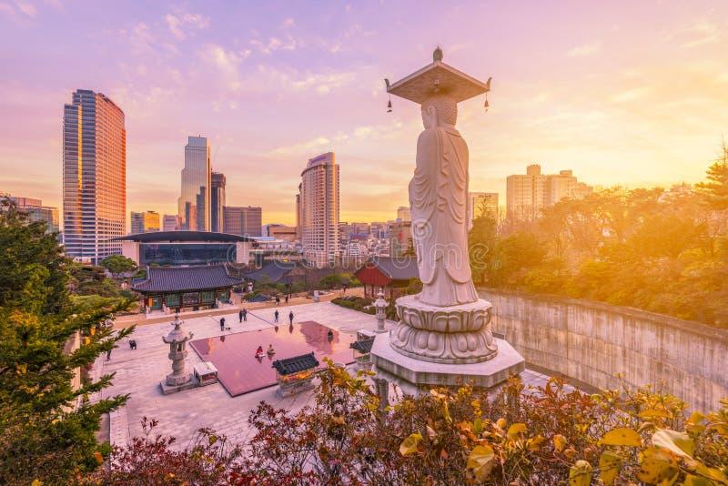 Ηλιοβασίλεμα στο ναό Bongeunsa του στο κέντρο της πόλης ορίζοντα στην πόλη της Σεούλ, Νότια Κορέα στοκ εικόνα με δικαίωμα ελεύθερης χρήσης