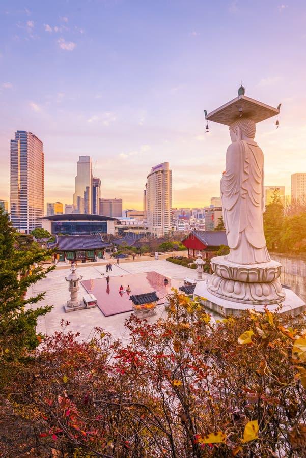 Ηλιοβασίλεμα στο ναό Bongeunsa του στο κέντρο της πόλης ορίζοντα στην πόλη της Σεούλ, Νότια Κορέα στοκ φωτογραφία με δικαίωμα ελεύθερης χρήσης