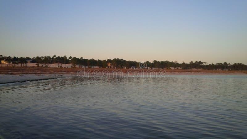 Ηλιοβασίλεμα στο νησί Αλαμπάμα δελφίνων στοκ εικόνες