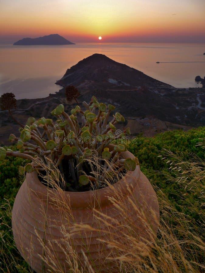 Ηλιοβασίλεμα στο νησί της Μήλου (Ελλάδα) στοκ φωτογραφία