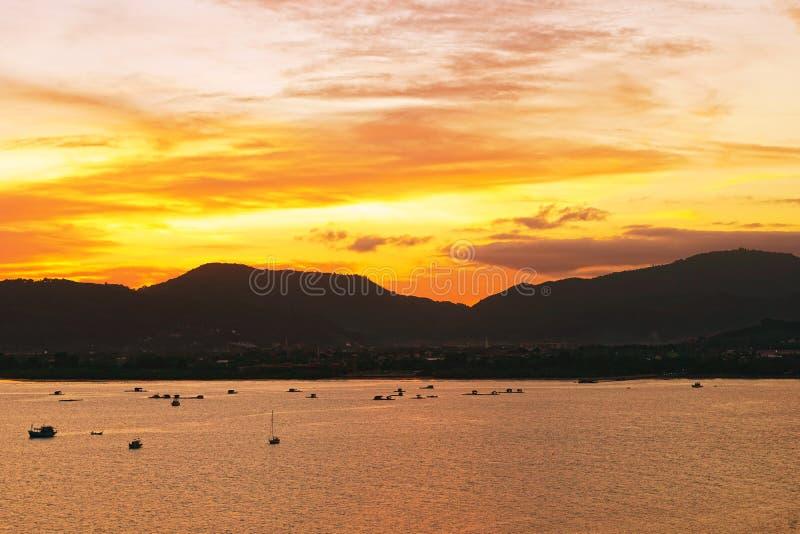 Ηλιοβασίλεμα στο νησί Phuket της Ταϊλάνδης, Ασία στοκ εικόνες