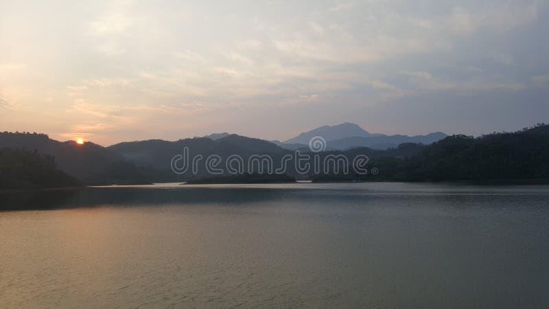 Ηλιοβασίλεμα στο πρόσωπο λιμνών θορίου στοκ εικόνα
