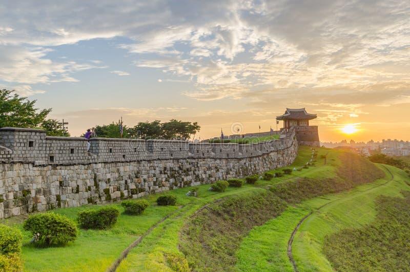 Ηλιοβασίλεμα στο φρούριο Hwaseong σε Suwon, Νότια Κορέα στοκ εικόνες με δικαίωμα ελεύθερης χρήσης
