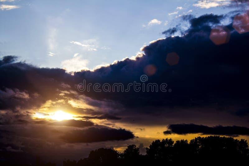 Ηλιοβασίλεμα της Νίκαιας πριν από τη θύελλα στοκ φωτογραφία με δικαίωμα ελεύθερης χρήσης