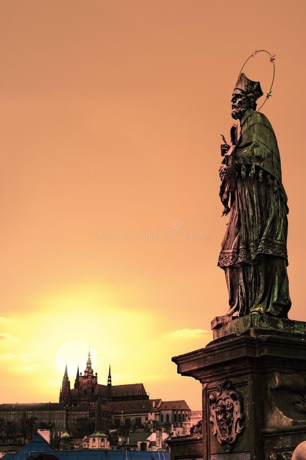 Ηλιοβασίλεμα της Πράγας στη γέφυρα του Charles στοκ εικόνες με δικαίωμα ελεύθερης χρήσης