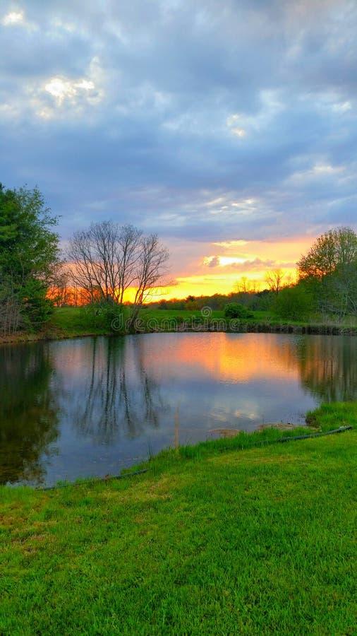 Ηλιοβασίλεμα της δυτικής Βιρτζίνια πέρα από το νερό στοκ φωτογραφία με δικαίωμα ελεύθερης χρήσης