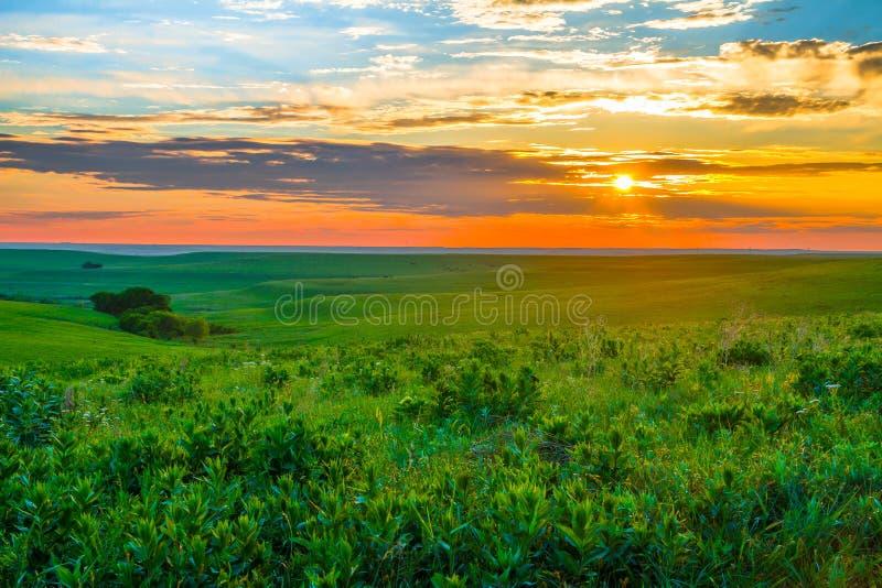 Ηλιοβασίλεμα του Κάνσας στους λόφους πυρόλιθου στοκ φωτογραφία