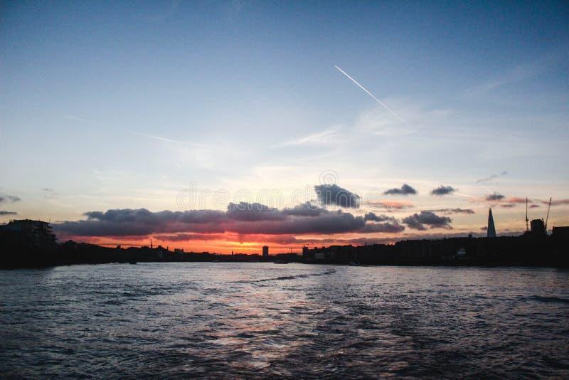 Ηλιοβασίλεμα του Τάμεση ποταμών του Λονδίνου στοκ φωτογραφία με δικαίωμα ελεύθερης χρήσης