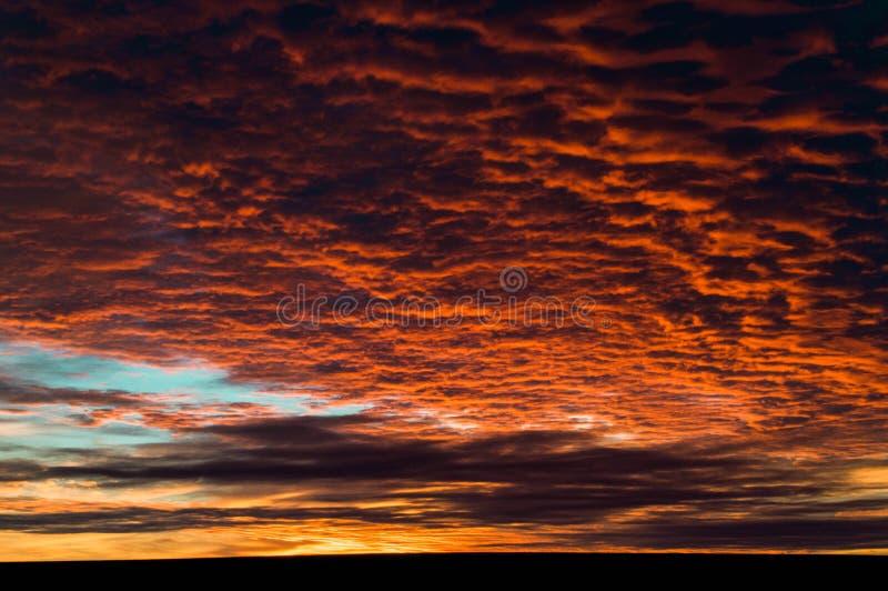 Ηλιοβασίλεμα του δυτικού Τέξας με τα λαμπρά κόκκινα στοκ εικόνα με δικαίωμα ελεύθερης χρήσης