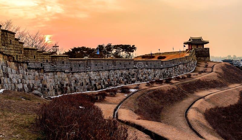 Ηλιοβασίλεμα του φρουρίου Hwaseong σε Suwon στοκ εικόνες