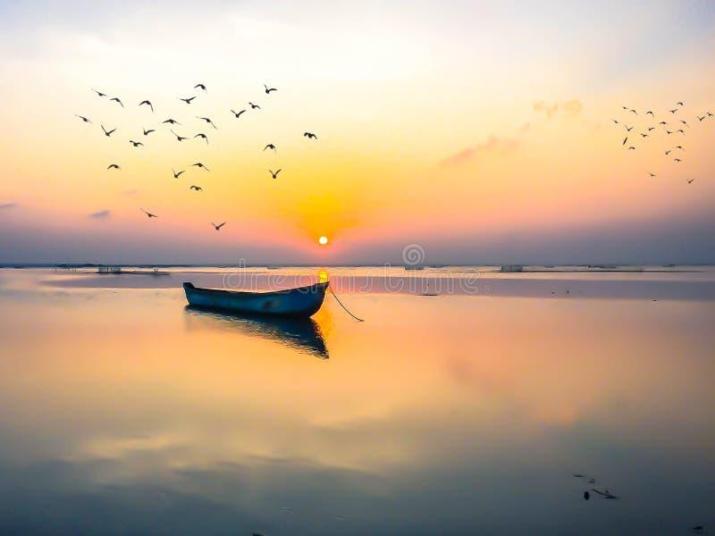 Ηλιοβασίλεμα του χρυσού βραδιού στοκ φωτογραφία με δικαίωμα ελεύθερης χρήσης