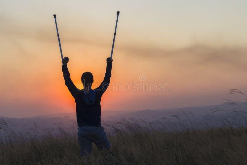 Ηλιοβασίλεμα τραυματισμών ραβδιών περπατήματος εφήβων στοκ εικόνα με δικαίωμα ελεύθερης χρήσης
