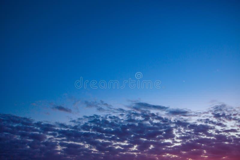 Ηλιοβασίλεμα των μικρών σύννεφων στο μπλε ουρανό στοκ εικόνες
