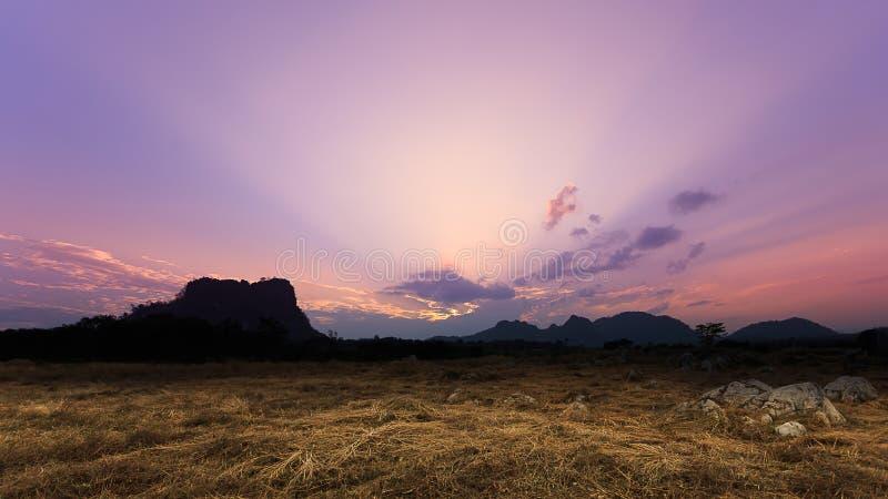 Ηλιοβασίλεμα λυκόφατος με τη σκηνή αχύρου και βράχου στοκ φωτογραφίες