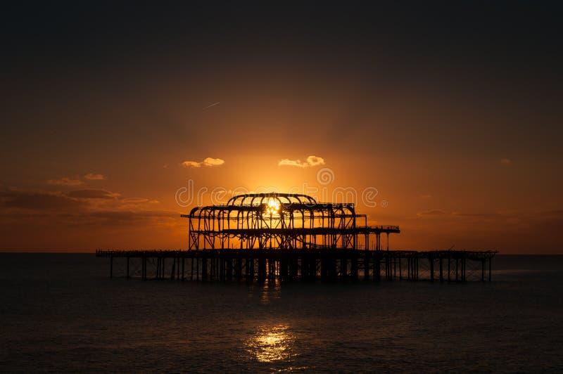 Ηλιοβασίλεμα δυτικών αποβαθρών του Μπράιτον στοκ εικόνες