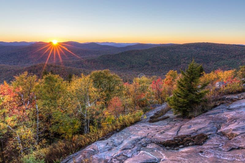 Ηλιοβασίλεμα φθινοπώρου βουνών Hadley στοκ φωτογραφία
