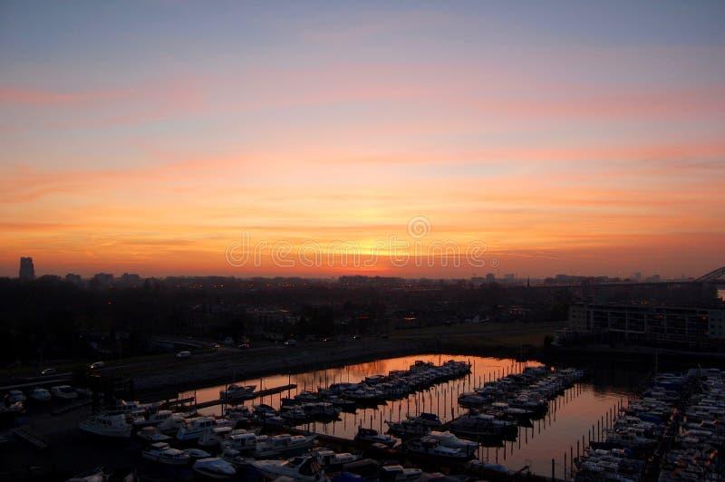 Ηλιοβασίλεμα φθινοπώρου στο λιμάνι πόλεων του Ρότερνταμ στοκ φωτογραφίες με δικαίωμα ελεύθερης χρήσης
