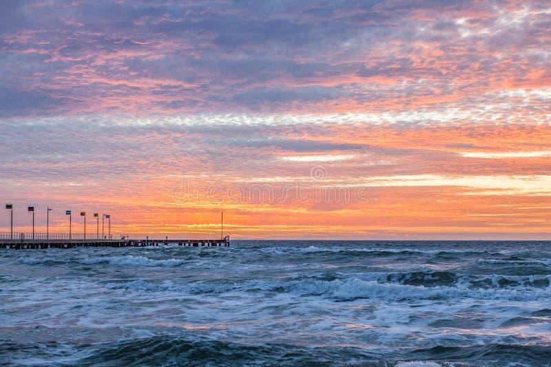 Ηλιοβασίλεμα Intence πέρα από τη χερσόνησο Mornington στοκ εικόνες