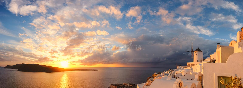 Ηλιοβασίλεμα Oia στο χωριό στο νησί Santorini, Ελλάδα στοκ εικόνα