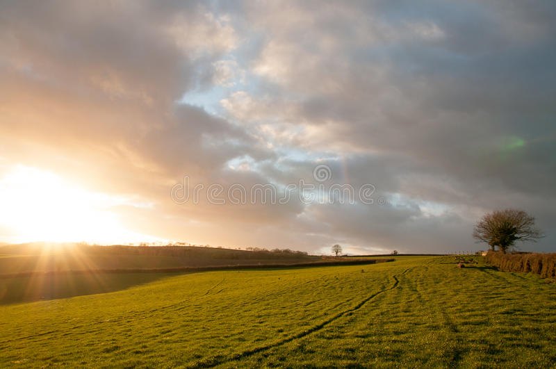 Ηλιοβασίλεμα Starburst πέρα από τους τομείς στοκ φωτογραφία με δικαίωμα ελεύθερης χρήσης