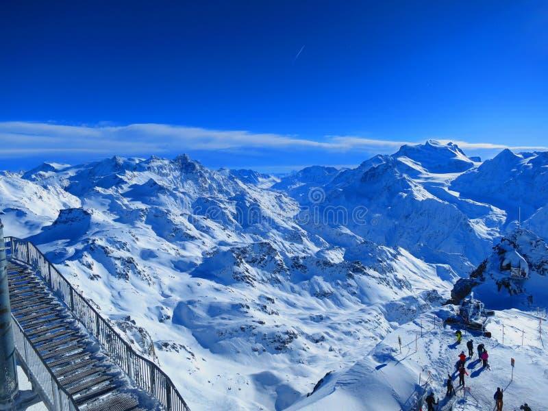 Ηλιοφάνεια πέρα από τις ελβετικές Άλπεις στοκ εικόνα