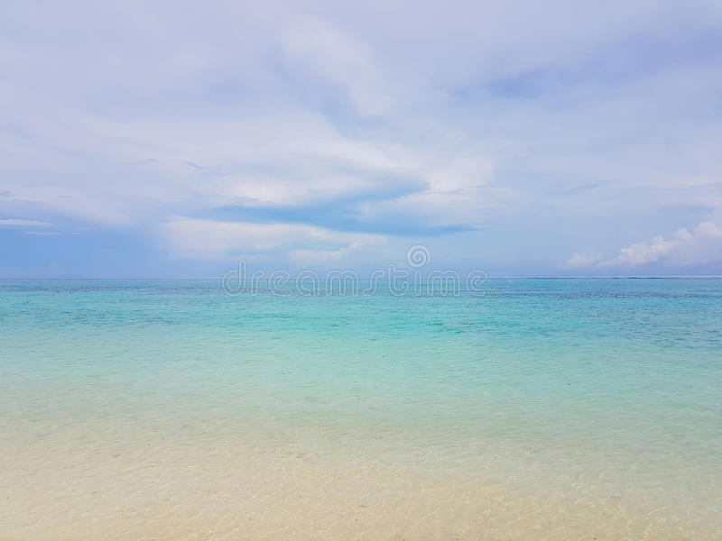 Ηλιοφάνεια σε ένα κύμα θάλασσας στην παραλία Karon, Phuket, Ταϊλάνδη Ηλιόλουστα κύματα παραλιών θερινής θάλασσας Κύμα θάλασσας ηλ στοκ εικόνα με δικαίωμα ελεύθερης χρήσης