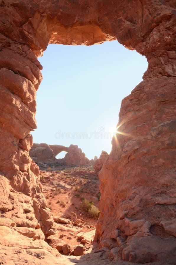 Ηλιοφάνεια στην αψίδα πυργίσκων με το νότιο παράθυρο στο εθνικό πάρκο αψίδων στοκ φωτογραφίες με δικαίωμα ελεύθερης χρήσης