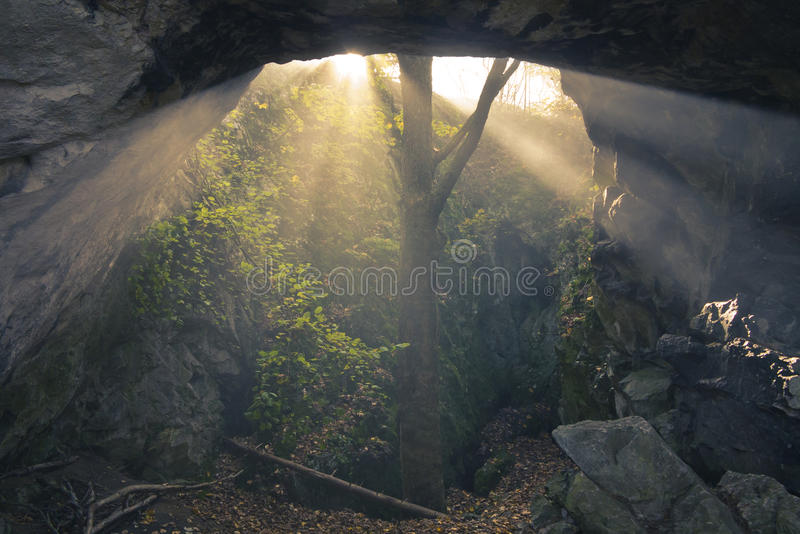 Ηλιοφάνεια στη σπηλιά στοκ εικόνες