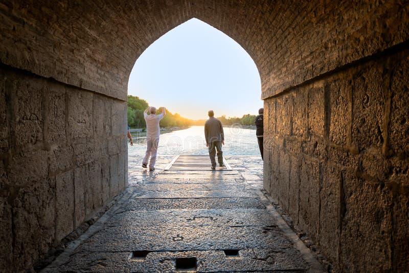 Η ιρανική παραγωγή ανθρώπων με την ανατολή στη γέφυρα Kahju στοκ εικόνες
