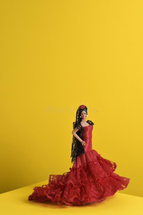 Η ισπανική κούκλα έντυσε ως χαρακτηριστικός flamenco χορευτής στοκ εικόνες