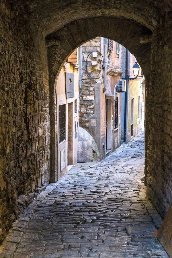 Η ιστορική οδός με την υπόγεια διάβαση στοκ εικόνες